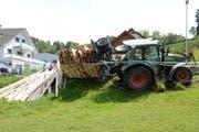 Bei einem Bremsmanöver geriet der mit Holz beladene Anhänger dieses Traktors ins Schlingern und kippte. (Bild: Luzerner Polizei)