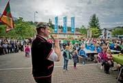 Schwinger Joel Wicki bedankt sich auf dem Sörenberger Dorfplatz via Mikrofon bei der Bevölkerung für den herzlichen Empfang. (Bild: Pius Amrein / Neue LZ)