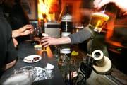 Wirte im Kanon Schwyz sollen nun lernen, wie sie den Alkoholkonsum von Jugendlichen richtig unterbinden. (Symbolbild Nadia Schärli/Neue LZ)