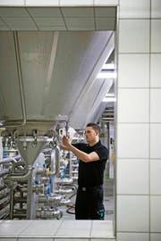 Dominic Kammer (29) entnimmt eine Probe im Gärkeller der Brauerei Eichhof in Luzern. (Bild Pius Amrein)