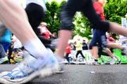 Jogger gehen immer häufiger zum Arzt – am häufigsten wegen den Knöcheln. (Symbolbild) (Bild: Roger Gruetter / Neue LZ)