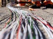 Die Swisscom baut das Glasfasernetz aus. Der Nationalrat befürchtet aber, dass die ländlichen Gebiete bei der Internet-Grundversorgung zu kurz kommen könnten. (Bild: Carlo Reguzzi/Keystone)