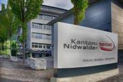 Tafel vor dem Haupteingang am Kantonsspital in Stans. (Bild PD)