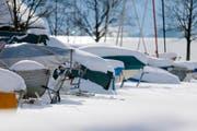 Auch Boote der Sportfischer im Oberägerer Hafen liegen dick verpackt unter einer Neuschneedecke. (Bild Stefan Kaiser)