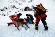 Der Verschüttete (im Bild eine Übung in Engelberg) lag unter einer zwei Meter dicken Schneemasse. (Bild Corinne Glanzmann/Neue OZ)