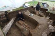 Archäologen bei den Gräbern unmittelbar beim Chor der 1000-jährigen Stiftskirche. (Bild: pd)