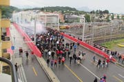 FC Basel - Fans auf dem Weg vom Bahnhof über die Langensandbrücke zum Stadion. (Bild: Mario Seger)