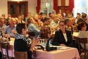 Monika Rüegger (rechts) wird im Hotel Metzgern in Sarnen zur neuen Parteipräsidentin der SVP Obwalden gewählt. (Bild Roger Zbinden)
