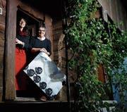 Heidi Müller (rechts) mit einem ihrer Ausstellungsstücke, daneben die Hausherrin Silvana Hürlimann. (Bild: Stefan Kaiser (Walchwil, 5. Dezember 2017))