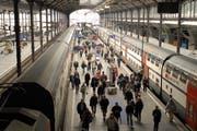 Reisende im Bahnhof Luzern. (Archivbild Adrian Stähli/Neue LZ)