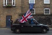 Ein britischer Taxifahrer freut sich über die Loslösung von der EU. Eine Mehrheit in Schottland und Nordirland stellte sich allerdings gegen den Brexit. (Bild: Keystone/Hannah MckKay)