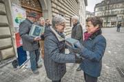 SVP-Präsidentin Angela Lüthold (links) überreicht Kathrin Graber vom Kanton einen Teil der Unterschriften. (Bild: Pius Amrein (Luzern 7. Februar 2018))