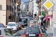Zu Stosszeiten gibt es in der Innenstadt zwar nach wie vor viel Verkehr, wie das Bild der Neugasse zeigt. Tendenziell sinkt das Verkehrsaufkommen aber. (Archivbild Stefan Kaiser)