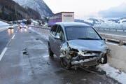 Dieses Auto wurde am Montag Morgen bei einem Selbstunfall stark beschädigt. Der Lenker erlitt leichte Verletzungen. (Bild: Kantonspolizei Nidwalden)