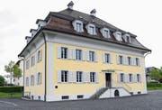 Erst vom See her betrachtet erkennt man die beeindruckenden Dimensionen des einstigen Bürgerasyls. 1812 wurde das Bauwerk mit wuchtigem Mansardwalmdach vom Tiroler Baumeister Melchior Schellhammer errichtet.