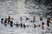 Die Silvesterschwimmer feiern ihr Jubiläum - naturgemäss - in der kühlen Reuss des 31. Dezembers. (Bild: Boris Bürgisser / Neue LZ)