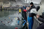 Beim traditionellen Luzerner Silvesterschwimmen stürzen sich Abenteuerlustige in die kalte Reuss. (Bild: Archiv Neue LZ / Pius Amrein)