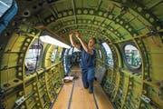 Flugzeugmechaniker Kevin Schuler bei der Produktion eines PC-12. (Bild: Dominik Wunderli (Stans, 27. April 2017))