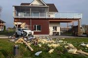 Der Lenker beschädigte das Haus massiv. (Bild: Staatsanwaltschaft Luzern)