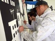 Kilian Wigger (vorne) und Kevin Birrer beleben die nächtliche Fassadenlandschaft. (Bild: PD/Luzernermaler)