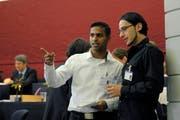 SP-Kantonsrat Lathan Suntharalingam (links) im Gespräch mit Hasan Gandan (JUSO). (Bild: Archiv Pius Amrein / Neue LZ)