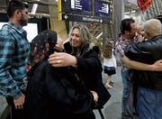 Diese irakische Familie freut sich am Flughafen in San Diego, wieder vereint zu sein. (Bild: Gregory Bull/AP (15. März 2017))