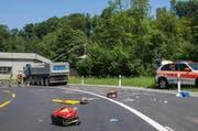 Polizei und Feuerwehr sind nach der Rettung des Motorroller-Fahrers daran, Spuren zu sichern und ausgelaufenes Benzin zu binden. (Bild: Freiwillige Feuerwehr Zug FFZ)