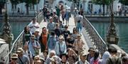 Durchschnittlich überqueren 13 300 Personen pro Tag den Rathaussteg. (Bild: Dominik Wunderli (Luzern, 21. Juli 2017))