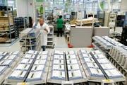 Ein Blick in die Produktion bei Landis+Gyr in Zug. (Bild: Stefan Kaiser / Neue ZZ)