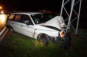 An der Unfallstelle liess der Fahrer sein Auto stehen, ohne sich um den Schaden zu kümmern. (Bild: Zuger Polizei)