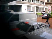 Aufnahme einer Überwachungskamera: Wer hat diesen Unbekannten am Freitagmittag gesehen? Die Zuger Polizei sucht Zeugen. (Bild: Zuger Polizei)