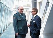 Philippe Rebord, Chef der Armee (links), im Gespräch mit dem Zuger Sicherheitsdirektor Beat Villiger. (Bild: Maria Schmid (Zug, 3. Mai 2017))
