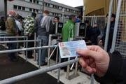 Neu muss beim Eingang vor der Swisspor-Arena die ID gezeigt werden. (Bild: Philipp Schmidli / Neue LZ)