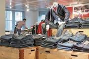 Die Vögele-Filialen werden diesen Sommer in OVS-Läden umgewandelt. (Bild: Gaetan Bally/Keystone (Basel, 29. April 2014))