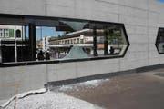 Die eingeschlagene Scheibe beim Bahnhofsgebäude in Lachen. (Bild: Kapo Schwyz)