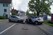 Die Autos blockierten die Strasse. (Bild: Zuger Polizei)