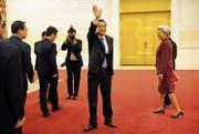 Premier Li Keqiang (Mitte) nach der gestrigen Pressekonferenz zum Ende des Kongresses. Bild: Mark Schiefelbein/AP (Peking, 15. März 2017)