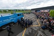 Aspirantinnen und Aspiranten zeigen das Vorgehen bei Demonstrationen auf. (Bild: pd)