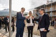 Von links: Erwin Roos, Silvia Bolliger, Leiterin der Dienststelle Asyl- und Flüchtlingswesen und Regierungsrat Guido Graf freuen sich über die Eröffnung des Asylzentrums Grosshof. (Bild: Nadia Schärli, Kriens, 24. November 2017)
