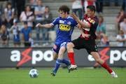 Luzerns Nico Siegrist (links) gegen Xamax' Stephane Besle bei einem Spiel Ende Mai des vergangenen Jahres. (Bild Philipp Schmidli/Neue LZ)
