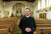 Der Serbisch-othodoxe Pfarrer Dragan Stanojevic in der Kirche St. Joseph in Perlen. (Bild: Philipp Schmidli /Neue LZ)