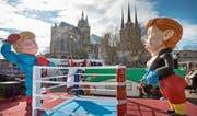 Kommt es am Freitag in Washington zum Schlagabtausch? Sujet mit Trump und Merkel aus dem Karneval in Erfurt. Bild: Michael Reichel/Keystone (26.Februar 2017)