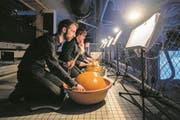 Originell: Fünf Chorsänger mit ihren Waterdrums (Kürbisschalen in mit Wasser gefüllten Schalen). (Bild: Philipp Schmidli (Luzern, 22. März 2018))