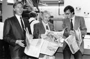 Als erster Druckereibetrieb der Schweiz benutzt das Ringier-Druckzentrum in Adligenswil Satellitenübertragung, um die US- Zeitung «US Today» zu drucken.Christoph Ringier, Herausgeber Allen H. Neurath und Michael Ringier halten das erste gedruckte Exemplar in den Händen. (Bild: Keystone / Str (Adligenswil, 5. Mai 1986))