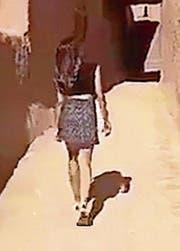 Kuhlood schlendert im Minirock durch eine Gasse. (Bild: Twitter)