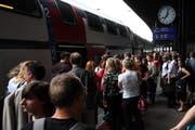 Pendler am Bahnhof Zug. (Archivbild Neue ZZ)