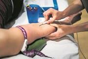 In der Schweiz wurde beim Roten Kreuz im vergangenen Jahr 295'015-mal Blut gespendet. (Bild: Keystone)