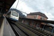Ein Zug fährt in den Bahnhof Brunnen ein. (Bild Erhard Gick/Neue SZ)
