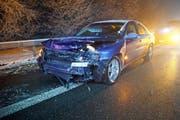 Bei einem Selbstunfall auf der A4 prallte ein Autofahrer in die Letiplanken. (Bild: Zuger Polizei)
