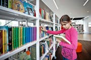 Die neu eröffnete Gemeindebibliothek in Ebikon boomt: sowohl bei der Ausleihe, wie auch als Treffpunkt. (Bild Pius Amrein)